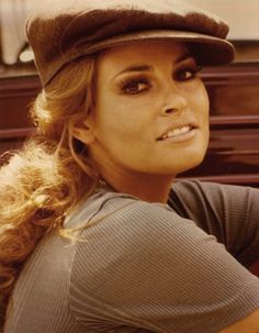 Raquel Welch (she was really known for her amazing figure, yet I have always thought it was her AMAZING face that stood out! Vintage Hollywood, Hollywood Glamour, Hollywood Stars, Classic Hollywood, Rachel Welch, Classic Beauty, Timeless Beauty, Iconic Beauty, Raquel Welch Young