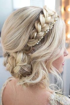 These days there are so many trendy updos for long hair that it is easy to get lost without the right guidance. In case you want to look irresistible no matter where you go, you should choose one of these updo hairstyles! #longhair #hairstyles #updos #UpdosHairStyles