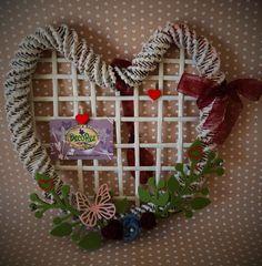 Cuore bacheca in carta intrecciata con decorazioni in feltro e gomma crepla