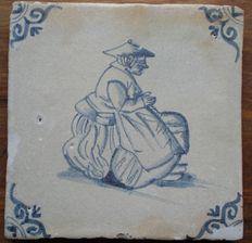 Antieke tegel met bijzondere voorstelling - hoekmotief ossenkop.