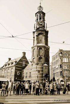 Munttoren, significa torre de acuñado, alli se acuñaban las monedas de la ciudad en el siglo XVII.  Esta ubicada justo a un lado de el mercado de las flores.  La gente, espera por el semaforo en mitad de la calle, se nota que son turistas en Amsterdam....