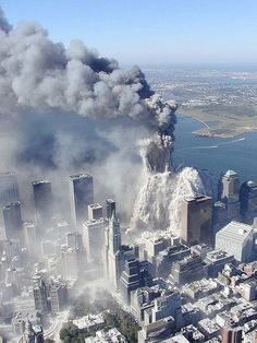 Aerial pictures, many never seen before, of the September 11 2001 attacks on the World Trade Center in New York City. 911 Never Forget, Lest We Forget, Photographie New York, 11 September 2001, Flatiron Building, Trade Centre, World Trade Center Attack, World History, Historical Photos
