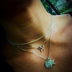 """Meus """"xodós"""" de pescoço: #chocker Niente + #chocker Pitti (Linha Ciocco per Bambini) + medalhinhas em homenagem ao meu Príncipe Davi! Faço """"xodós"""" de pescoço sob encomenda, hein?! Aproveita! 😊😉 #carregocomorgulho #fattoamano #fattiamanogioielli #feitoamao #cioccoinrio #prata950 #medalhas #medaglia #lacinhos #chockernecklace"""