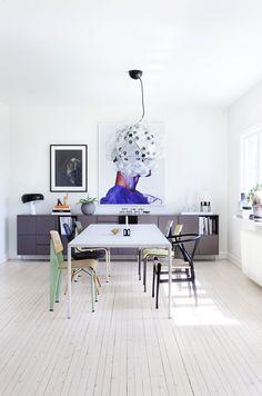 Over bordet fra MDF Italia henger Taraxacum fra Flos. Stolene er en blanding av Jean Prouvés Standard, Charles og Ray Eames' Wire Chair og en svart Y-stol, designet av Hans J. Wegner for Carl Hansen & Søn. Det store bildet er et fotografi av Terry Tsiolis.