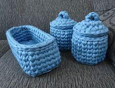 Agora você pode organizar as coisinhas do bebê com esse lindo duo de cestinhos de crochê em fio de malha <3 <3 CONSULTE CORES E OUTROS TAMANHOS ANTES DA COMPRA. Duo de mini cestos com tampa. Podem ser usados, por exemplo, para colocar algodão ou cotonetes. Medidas: 10 cm de altura e 10 cm ...