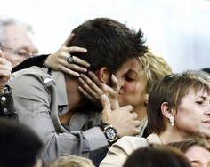 """Apenas quedan tres meses para que Shakira y Piqué vean la cara de su primer hijo y aspectos como el nombre del pequeño está siendo el gran problema de la pareja. Al menos así lo ha revelado el futbolista durante una entrevista en la que hablo de su privacidad.  El catalán indicó: """"Estoy muy contento e ilusionado. Aunque la vida cambiará"""", declaraba en el conversatorio. http://www.elpopular.com.ec/72743-el-bebe-de-shakira-sera-catalan.html"""