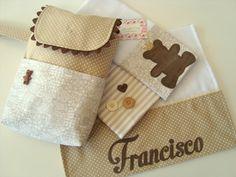 Kit - Pequeno Urso é composto por:  Um porta fraldas confeccionado em tricoline (100% algodão),  É uma peça super prática e delicada para organizar as fraldas do seu bebê em sua bolsa.  Comporta um pacotinho de lenço umedecido, três fraldas (todos os tamanhos) e uma pomada.  E três fraldinhas de ...