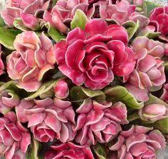 Ceramic flowers France. Beautiful detail. Stunning Begraafplaats in Zuid Frankrijk. Detail van prachtige rozen van keramiek. Kijk voor meer bloemen van keramiek op mijn bord French Ceramic Flowers (nieuw)