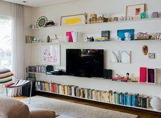 Organize as prateleiras. Livros e objetos que você já tem podem virar decoração na disposição certa. Uma boa ideia é arrumar os livros por cores. Projeto do arquiteto Gustavo Calazans (Foto: Marcelo Magnani/Casa e Jardim)