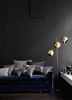 Interior в 2019 г. blue velvet sofa, modern floor lamps и black walls. Dark Walls, Grey Walls, Charcoal Walls, Charcoal Black, Decoration Inspiration, Interior Inspiration, Decor Ideas, Inspiration Mode, Lamp Inspiration