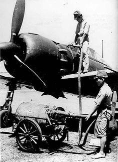 零式艦上戦闘機五二型に手動ポンプでエンジンの潤滑…:零式艦上戦闘機 写真特集:時事ドットコム