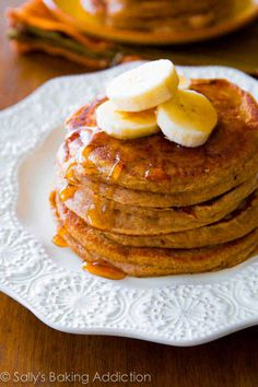 Simple Whole Wheat Banana Pancakes made with Greek yogurt, banana, whole wheat flour, and not much else! slight variation on whole wheat pancakes Breakfast For Dinner, Breakfast Recipes, Pancake Recipes, Dinner Recipes, Breakfast Ideas, Sallys Baking Addiction, Banana Pancakes, Oatmeal Pancakes, Easy Healthy Dinners