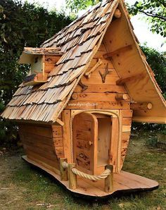 How about setting your house with this superb style of wood pallet garden shed idea Isnt it interesting looking Well this wood pallet garden shed structure has been desig. Cool Dog Houses, Play Houses, Pallets Garden, Wood Pallets, Wood Pallet Recycling, Recycling Ideas, Crooked House, Fairytale House, Backyard Playground