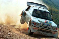 Andrea Zanussi - Paolo Amati  7º Rally Piancavallo 1986. Peugeot 205 Turbo 16 E2 (Equipo Peugeot Talbot Italia). Clasificado 1º.  (No estamos seguros de esta identificación, si alguien puede confirmarla o desmentirla y/o aportar datos, estaremos muy agradecidos, GRACIAS!!)