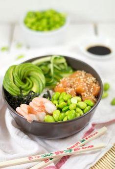 Poké bowl met zalm en garnalen. Een lekkere, makkelijke maar ook zeker gezonde maaltijd zet je op tafel met deze poké bowl! Bekijk snel het recept ->