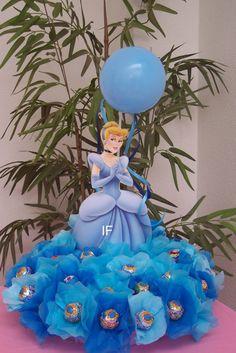 A lo Bella festejamos el cumple de Rosarito!!           Para la confección del vestido y la corona me tomé una idea de estas imágenes encon...