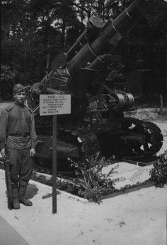 Советский солдат у 203-мм гаубицы Б-4, произведшей первый выстрел по Берлину.