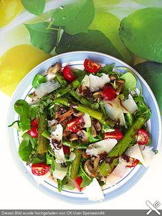 Gemischter grüner Salat mit angebratenem grünen Spargel