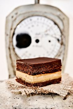 Chocolate cake with caramel Dulche de Leche Just Desserts, Delicious Desserts, Dessert Recipes, Yummy Food, Chocolate Caramel Cake, Tasty Chocolate Cake, Food Cakes, Cupcake Cakes, Nutella