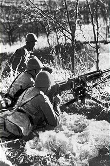 World War II. Eastern front. Japanese soldiers with a machine gun, January 1942. Pin by Paolo Marzioli