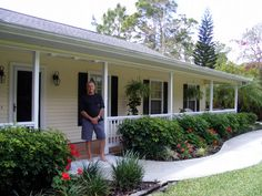 Ideas of what other ranch style houses look like with front porches Front Porch Railings, House Front Porch, Small Front Porches, Front Porch Design, Home Porch, Porch Designs, Porch Roof, Veranda Design, Ranch Remodel