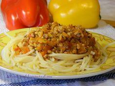 Что нужно: мясо или фарш (свинина) 200 г, пол луковицы, пол морковки, перец красный, перец желтый по 1/8, соль, перец, томатная паста, любимые травки, консервированные помидоры(по желанию), масло для жарки, 1/2 стакана воды. Подмороженное мясо нарезать на очень мелкие кубики. Или скрутить фарш. Все…
