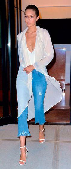 Gigi Hadid dá destaque para a calça jeans