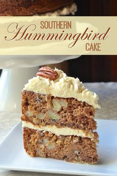 Hummingbird Cake is a close cousin to the carrot cake but with bananas, pineapple and crunchy pecans as the stand out flavours. It still loves to be paired with luscious cream cheese frosting though. Oreo Dessert, Dessert Recipes, Dessert Party, Party Recipes, Mini Desserts, Pavlova, Mini Cakes, Cupcake Cakes, Cupcakes