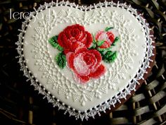 Heart cookie with piped needlepoint roses and delicate lace. Cookie artist Teresa Pękul