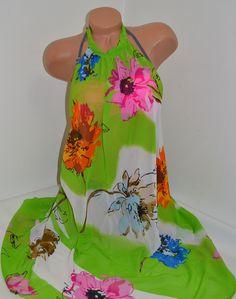 Ефектна плажна рокля в зелено и големи красиви цветя, изработена от ефирна материя. Прекрасен аксесоар за плажа свободно падащ на долу