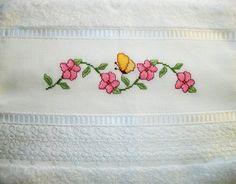 Toalha de rosto e lavabo Karsten com delicado detalhe de flores acetinadas no barrado.    Seu lavabo com um toque da delicadeza e cores das flores!