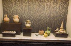 7.- Durante el periodo califal (955-1147), las técnicas cerámicas se perfeccionan y los talleres se hacen profesionales. Las excavaciones arqueológicas realizadas en Pechina-Almería nos han proporcionado interesantes vestigios materiales que nos permiten reconstruir la organización de estos talleres y obradores: Se localizaban extramuros, agrupándose en un mismo lugar varios talleres. Se ordenaban en torno a un patio, en el que se situaba la balsa destinada al barro y los hornos. Vitrinas.