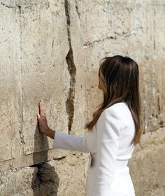po Myśli późnych scholastyków https://plus.google.com/116748846165184263175/posts/Q6r7Vx25iz4 Cieniem rzuciła się na ścianę płaczu w Jeruzalem dłoń Melanii Trump, małżonki urzędującego prezydenta USA, po wizycie bez chusty na głowie w Arabii Saudyjskiej http://eu.blox.pl/2017/05/Dp-zobaczenia-sie-w-Jeruzalem-bez-nakrycia-glowy.html ZMIANA PARADYGMATU może się dokonać w momencie zaangażowania odpowiedniej liczby świadomych własnych celów ludzi…