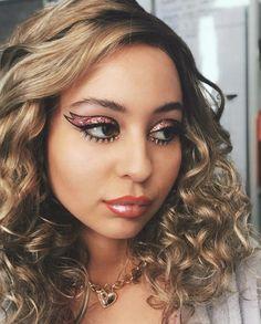 """All Of The Eye Makeup Looks in HBO's """"Euphoria"""" Season One & What They Mea… Das gesamte Augen-Make-up zeigt die """"Euphorie"""" von HBO in der [. Neon Eyeshadow, Eyeshadow Tips, Eyeshadow Looks, Simple Eyeshadow, Maquillage Halloween, Halloween Makeup, Makeup List, Hair Makeup, Makeup Guide"""