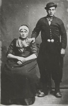 Man en vrouw in Urker streekdracht, 1885-1890 #Urk Dutch Food, Traditional Clothes, My Heritage, Walk On, Folklore, Netherlands, Holland, Take That, Europe