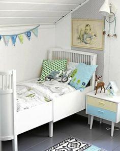 weiße babyzimmer design ideen bunte kissen