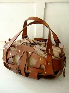 Leather basket bag- ways to use up leather scraps. Purses And Handbags, Leather Handbags, Leather Bags, Crea Cuir, E Mc2, Basket Bag, Leather Projects, Braided Leather, Beautiful Bags