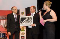 Juoksijalegenda Lasse Viren lahjoitti hyväntekeväisyyteen signeeraamansa taulun.