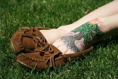 Here is a collection of Tree Tattoo designs for Men and Women. Among other things trees depict growth, nature and nurture. Feather Tattoos, Foot Tattoos, Life Tattoos, New Tattoos, Small Tattoos, I Tattoo, Tattoos For Guys, Tatoos, Sweet Tattoos
