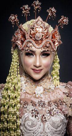 Muslimah Wedding Dress, Hijab Wedding Dresses, Hijab Bride, Wedding Looks, Wedding Make Up, Dream Wedding, Indonesian Wedding, Foto Wedding, Beautiful Hijab