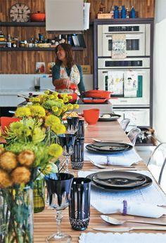 Enquanto pilota seus equipamentos gourmet da KitchenAid, comprados na Kitchens, Duda conduz o bate-papo e o serviço de vinhos. Cadeiras de acrílico da Kartell.