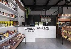 Quitanda La Fruitiére   conectarq Shop Interior Design, Store Design, Juice Cafe, Juice Bar Design, Mini Cafe, Vegetable Shop, Supermarket Design, Food Retail, Bakery Supplies