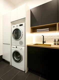 Looking for your perfect laundry room design? Check out Darren Palmer's top laundry design tips for the perfect mix of fashion and functionality. Pantry Laundry Room, Laundry In Bathroom, Laundry Tips, Downstairs Bathroom, Interior Design Living Room, Living Room Designs, European Laundry, Bulthaup Kitchen, Modern Laundry Rooms