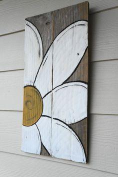 Deux vieilles planches et un peu de peinture donnent une jolie fleur. Pour l'extérieur ou l'intérieur.