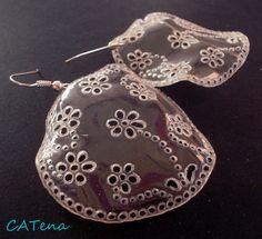Čiré květinové Výrazné náušnice z lehkého a odolného plastu s motivem květin. Zavěšen na háčku z obecného kovu a není problém ho vyměnit za hypoalergenní, nebo za zavírací háček. Průměr náušnic je 4cm bez háčku. Plastic Earrings, Plastic Jewelry, Resin Jewelry, Diy Jewelry, Jewelry Making, Plastic Bottle Crafts, Plastic Art, Recycle Plastic Bottles, Recycled Jewelry
