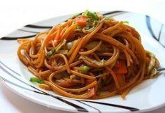Stir fried pasta - kínai sült tészta (in Hungarian) Stir Fry Pasta, Pasta Recipes, Cooking Recipes, Wok, Fries, Spaghetti, Pizza, Favorite Recipes, Vegan