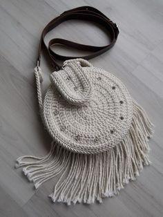 free crochet pattern little girl purse Bag Crochet, Crochet Backpack, Crochet Shell Stitch, Crochet Diy, Crochet Handbags, Crochet Purses, Love Crochet, Crochet Stitches, Crochet Patterns