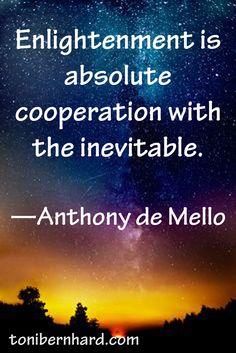 La iluminación es la cooperación absoluta con lo inevitable. #frases #citas #AnthonyDeMello