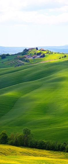 Beautiful scenery between Siena and Asciano in Tuscany, italy • photo: Kevin & Amanda