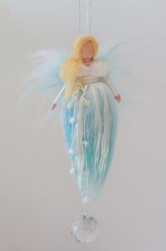 La mesa de estación de invierno: personajes, libros, manualidades,… | De mi casa al mundo Felt Angel, Needle Felting Tutorials, Felt Fairy, Nature Table, Waldorf Dolls, Fairy Art, Fairy Dolls, Wet Felting, Felt Christmas